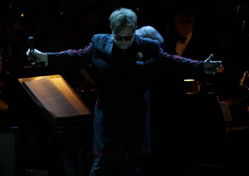 Elton John to resume performing