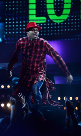 Chris Brown's neighbor threatens to shoot him for trespassing