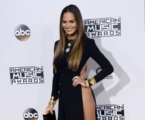 Chrissy Teigen stuns in high-slit dress at 2016 AMAs