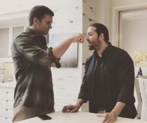 Tom Brady hand feeds glass to David Blaine