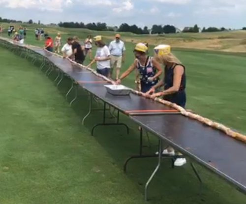 Golf course breaks Guinness record with 1,163-foot hot dog line
