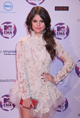 Gomez, Hudson to be presenters at the AMAs