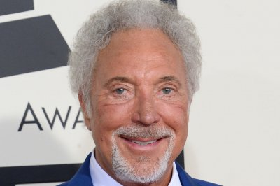 Tom Jones denies Priscilla Presley dating rumors