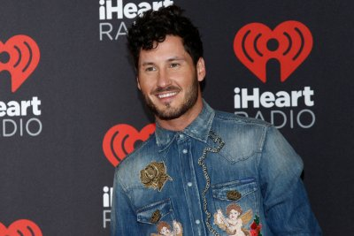 Val Chmerkovskiy, Jenna Johnson get close during dance class