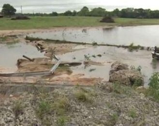 2 dead, 3 missing in flooding in southeast Texas