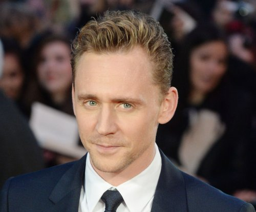 Chris Hemsworth and Idris Elba crash Tom Hiddleston's acceptance speech