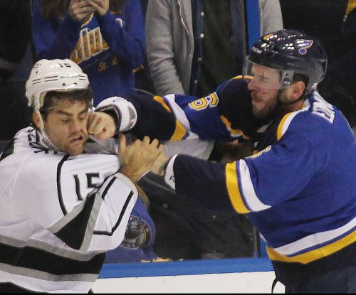 Los Angeles Kings sign Andy Andreoff to two-year extension