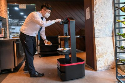 Pandemic brings robot waiters to South Korean restaurants