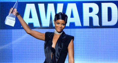 Rihanna's mom presents her with Icon Award at the AMAs [VIDEO]