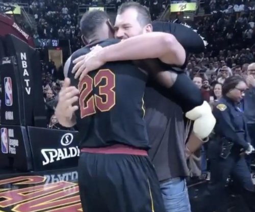 LeBron gives Joe Thomas farewell hug at Cavaliers game