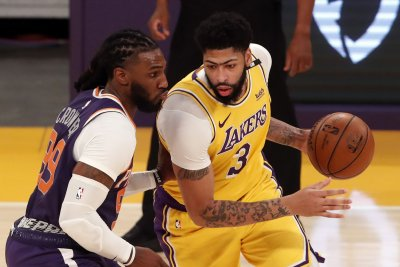 Lakers star Anthony Davis misses second half as Suns even series at 2-2