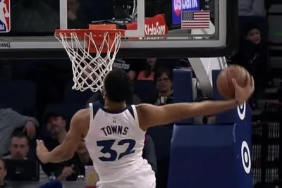 Timberwolves' Karl-Anthony Towns goes windmill dunk on breakaway