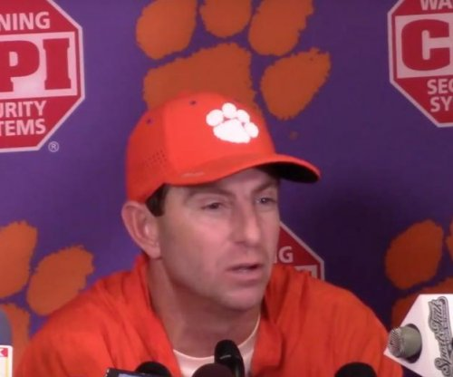 Top 25 roundup: No. 1 Clemson holds off South Carolina