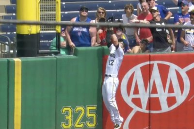 Pirates' Dickerson robs Cubs' Schwarber of homer