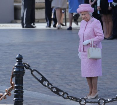 Ambassador: Queen finds selfie-takers 'strange'