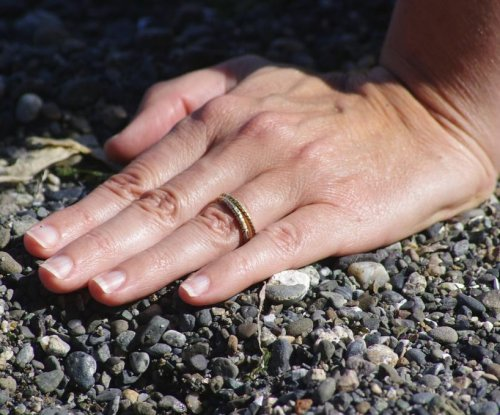 Scuba diver, metal detector hobbyist find lost ring in Iowa lake