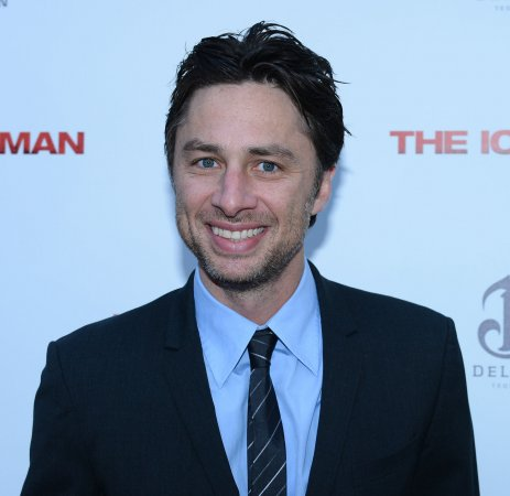 Zach Braff photobombs newlyweds on NYC street