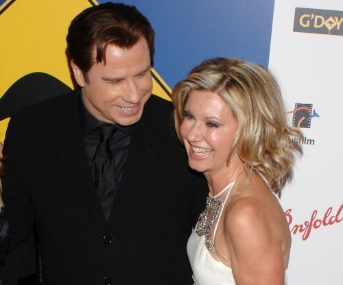 Olivia Newton-John, John Travolta don 'Grease' costumes for fan event