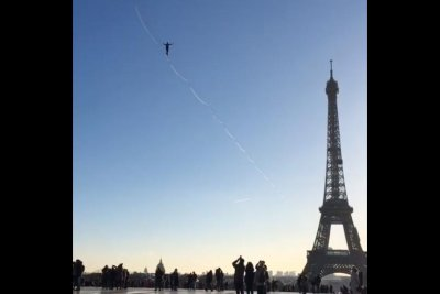 Daredevil breaks slackline world record at Eiffel Tower
