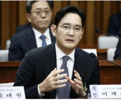 South Korean prosecutors seek to arrest Samsung heir in corruption scandal