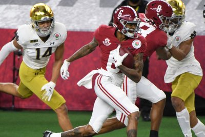 Alabama's DeVonta Smith rare WR favorite to win Heisman Trophy