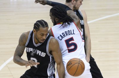 Kawhi Leonard leads ragged San Antonio Spurs past Atlanta Hawks