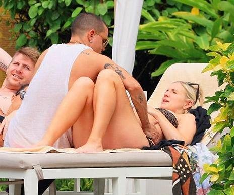 Ashlee Simpson, Evan Ross spotted beachside in Hawaii