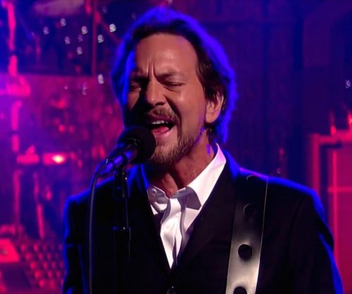 Eddie Vedder serenades David Letterman with 'Better Man,' pops guitar string