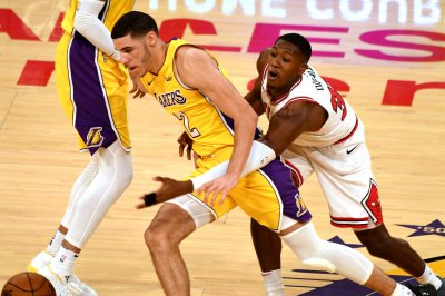 Late charge pushes Los Angeles Lakers past Chicago Bulls