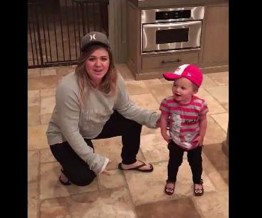 Kelly Clarkson, daughter River dance to Salt-N-Pepa for charity