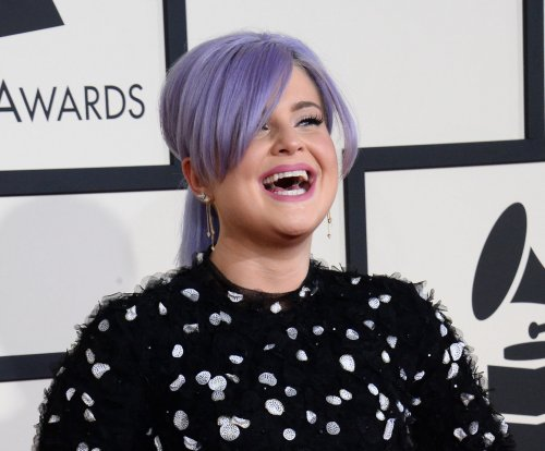 Kelly Osbourne denies pregnancy rumors on Twitter