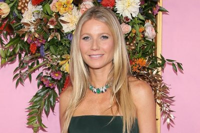 Gwyneth Paltrow, Ben Schwartz read texts from their moms on 'Kimmel'