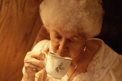 Hot tea may help ward off eye disease, study says