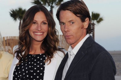 Julia Roberts shares photo in honor of Danny Moder wedding anniversary