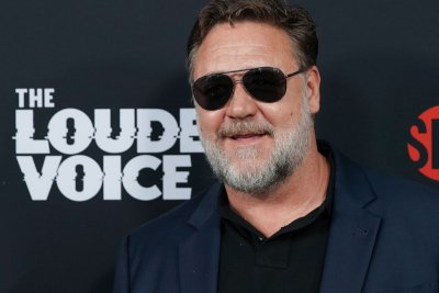 Russell Crowe defends 'Master and Commander' from online detractor