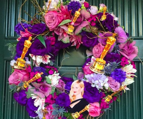 Mindy Kaling sends Oscars-themed wreath to Reese Witherspoon