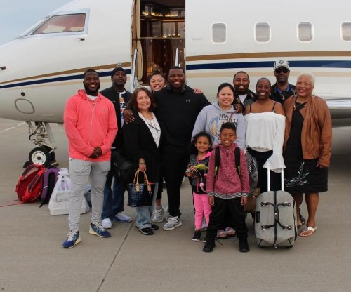 C.J. Anderson mimics LeBron James, takes family to Hawaii on private jet