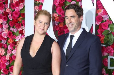 Amy Schumer returns to stage after hospitalization
