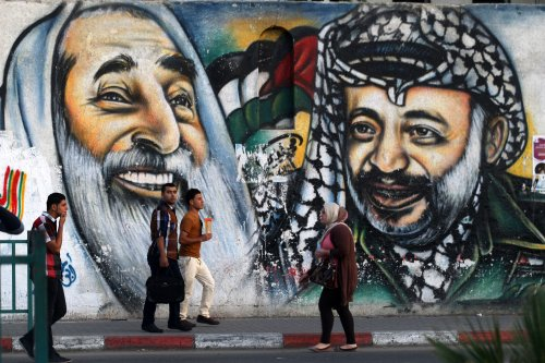 Hamas frees 7 Fatah prisoners, allows members to return to Gaza