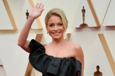Kelly Ripa, Ryan Seacrest reunite on 'Live' set after months apart