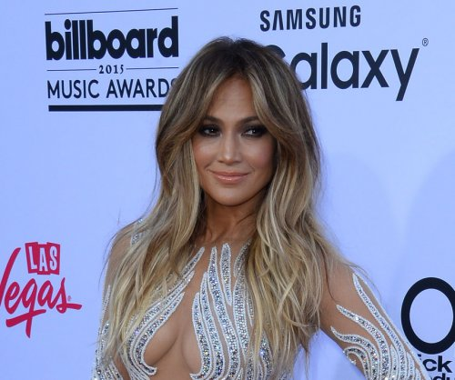 Jennifer Lopez debuts bob, gets confetti-bombed at airport