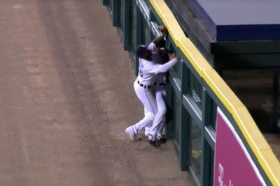 Tigers outfield collision results in Mariners homer