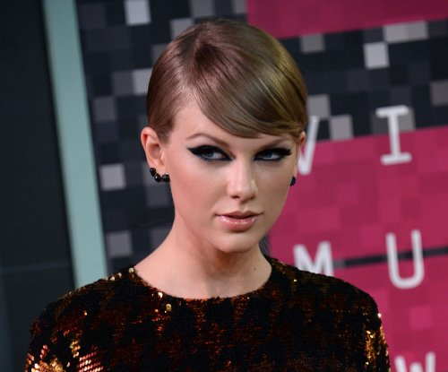Taylor Swift plays acoustic version of 'Blank Space' at Grammy Museum