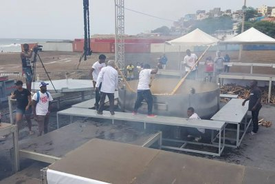 World record 14,000-pound cachupa stew made in Cape Verde