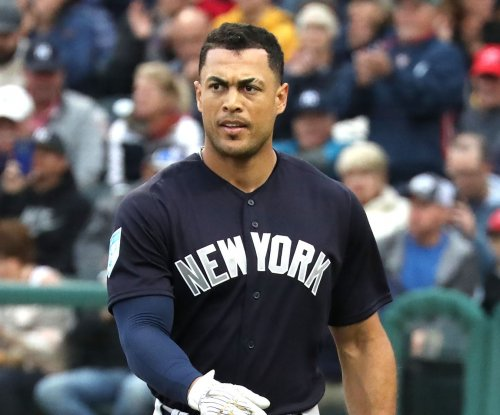 Yankees' Giancarlo Stanton exits game against Blue Jays with knee contusion