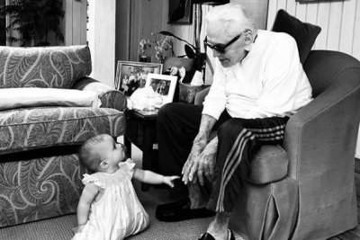 Kirk Douglas, 101, spends time with great-granddaughter in new photo