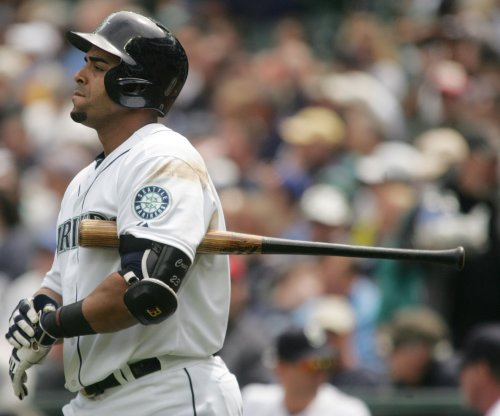 Nelson Cruz's bat helps Seattle Mariners, Felix Hernandez cruise past Oakland A's