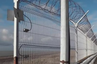 Russia seals off Crimea-Ukraine border wall