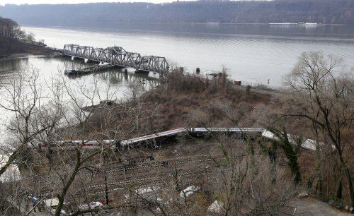 NTSB official: Commuter train approached curve going 82 mph