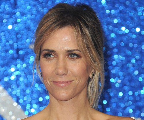 Kristen Wiig spotted kissing Avi Rothman in Hawaii